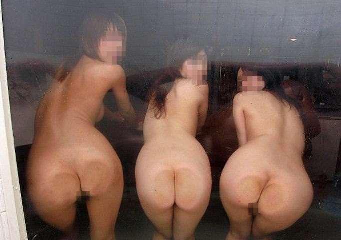 【悪ノリエロ画像】集団になった女子は強いぜ!こんな写真まで撮らせちゃうんだぜ!? 17