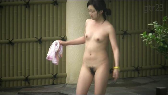 【露天風呂エロ画像】改心の作!女子が入浴中の露天風呂を盗撮したった!! 03