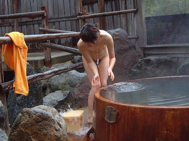 【露天風呂エロ画像】改心の作!女子が入浴中の露天風呂を盗撮したった!! 11