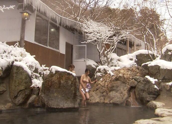 【露天風呂エロ画像】改心の作!女子が入浴中の露天風呂を盗撮したった!! 17