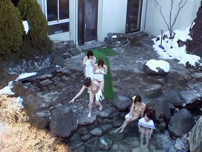 【露天風呂エロ画像】改心の作!女子が入浴中の露天風呂を盗撮したった!! 19