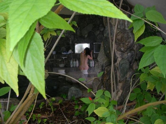 【露天風呂エロ画像】改心の作!女子が入浴中の露天風呂を盗撮したった!! 20