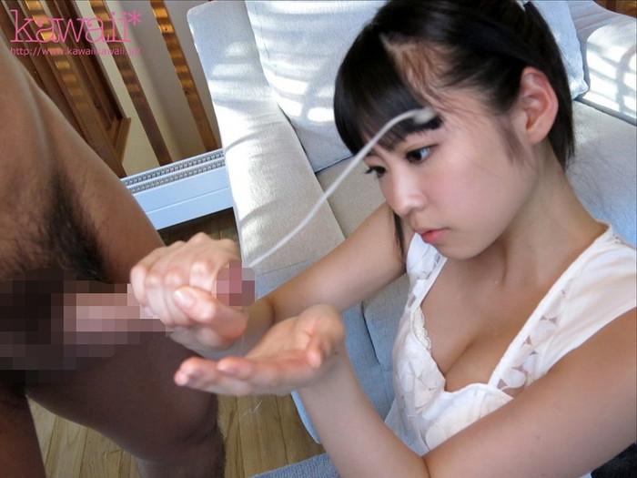 【手コキエロ画像】手コキしている女の子の表情が良い!小悪魔的な笑顔とか困った表情とか… 24