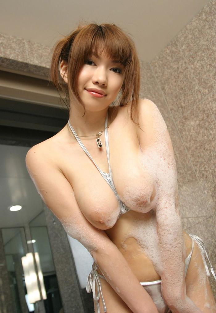 【お風呂エロ画像】バスタイム中に石鹸の泡で大事な部分を隠す女達! 18
