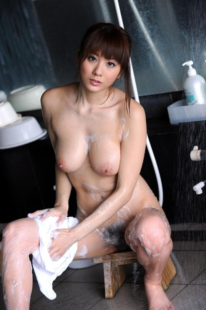 【お風呂エロ画像】バスタイム中に石鹸の泡で大事な部分を隠す女達! 22