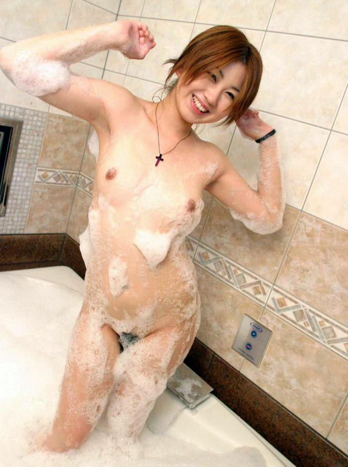 【お風呂エロ画像】バスタイム中に石鹸の泡で大事な部分を隠す女達! 24