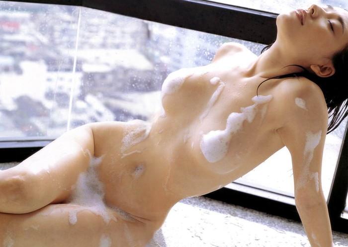 【お風呂エロ画像】バスタイム中に石鹸の泡で大事な部分を隠す女達! 26