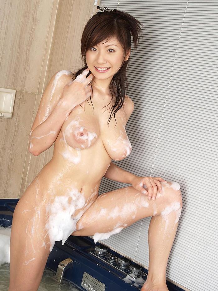 【お風呂エロ画像】バスタイム中に石鹸の泡で大事な部分を隠す女達! 27