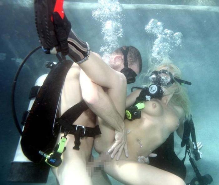 【水中セックスエロ画像】おまいら!水中でセックスするなんて正気か!? 07