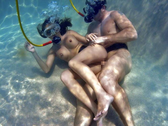 【水中セックスエロ画像】おまいら!水中でセックスするなんて正気か!? 14