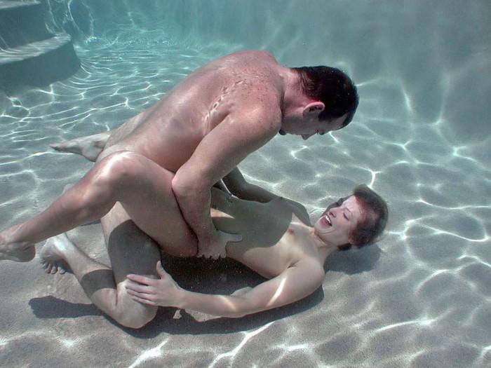 【水中セックスエロ画像】おまいら!水中でセックスするなんて正気か!? 21