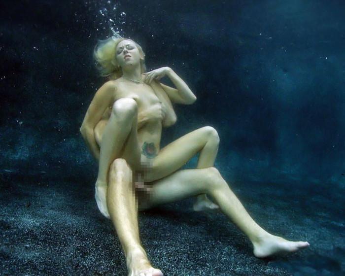 【水中セックスエロ画像】おまいら!水中でセックスするなんて正気か!? 23