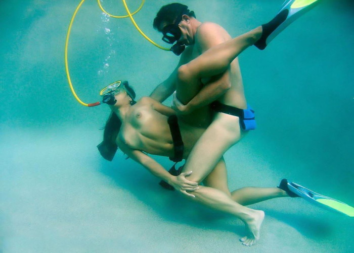 【水中セックスエロ画像】おまいら!水中でセックスするなんて正気か!? 24