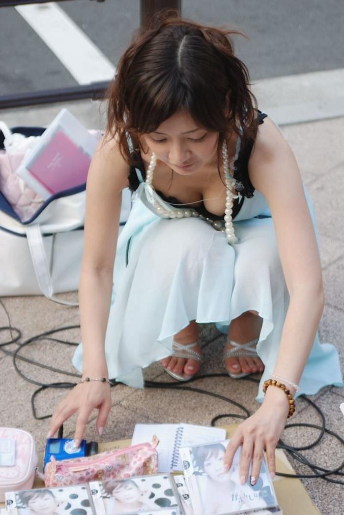【街撮り胸チラエロ画像】街中で見かける胸チラシーンに欲情してしまうっていうやつw 05