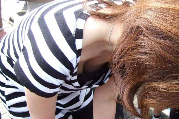 【街撮り胸チラエロ画像】街中で見かける胸チラシーンに欲情してしまうっていうやつw 11