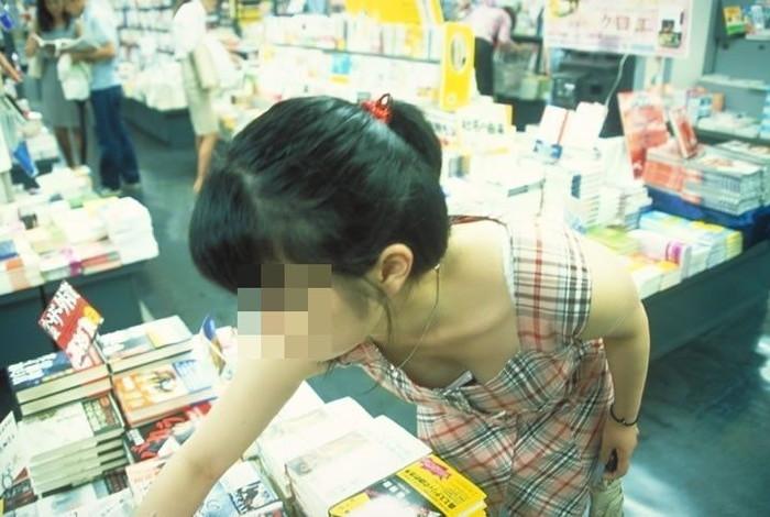 【街撮り胸チラエロ画像】街中で見かける胸チラシーンに欲情してしまうっていうやつw 15