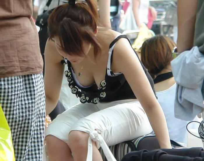 【街撮り胸チラエロ画像】街中で見かける胸チラシーンに欲情してしまうっていうやつw 19