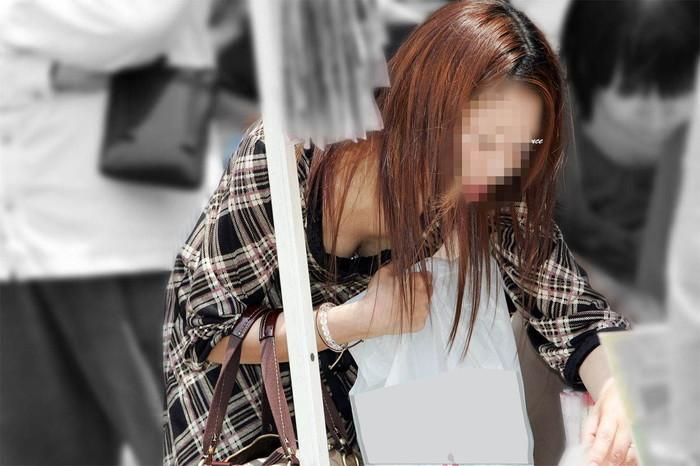 【街撮り胸チラエロ画像】街中で見かける胸チラシーンに欲情してしまうっていうやつw 23