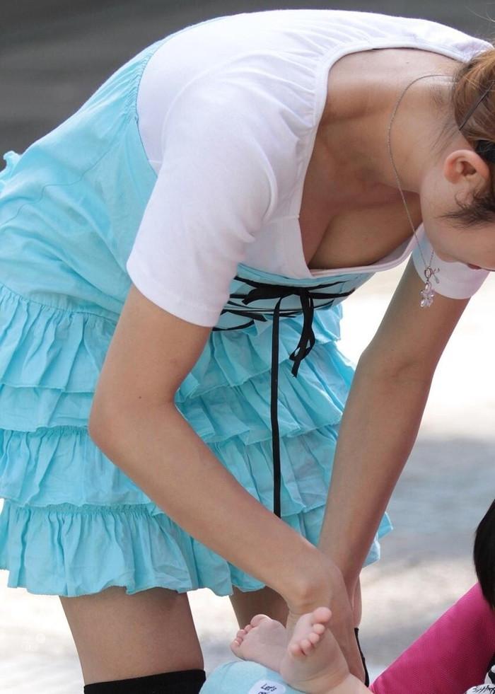 【街撮り胸チラエロ画像】街中で見かける胸チラシーンに欲情してしまうっていうやつw 24