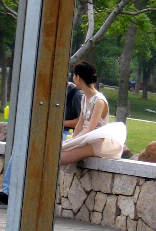 【パンチラエロ画像】風にスカートが舞い上がった瞬間を逃さなかった画像がコレw 02