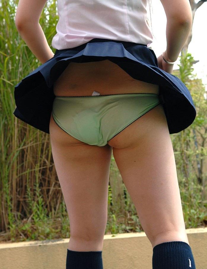 【パンチラエロ画像】風にスカートが舞い上がった瞬間を逃さなかった画像がコレw 09