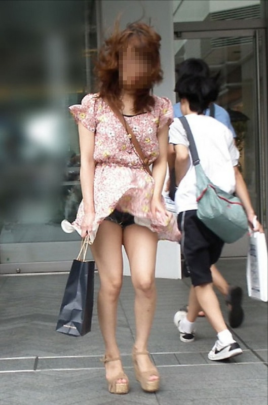 【パンチラエロ画像】風にスカートが舞い上がった瞬間を逃さなかった画像がコレw 16
