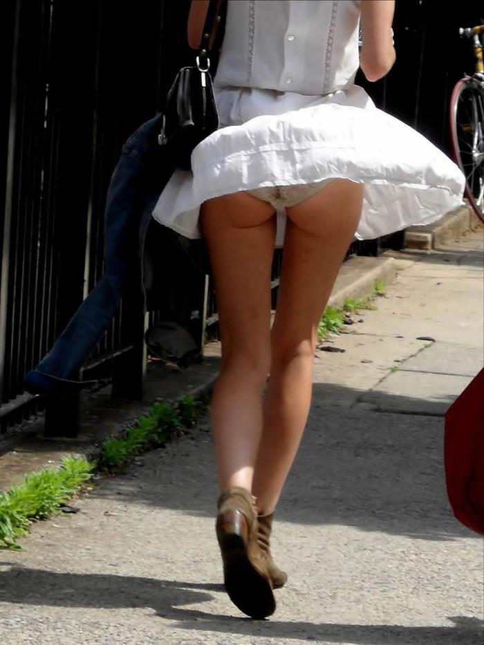 【パンチラエロ画像】風にスカートが舞い上がった瞬間を逃さなかった画像がコレw 21