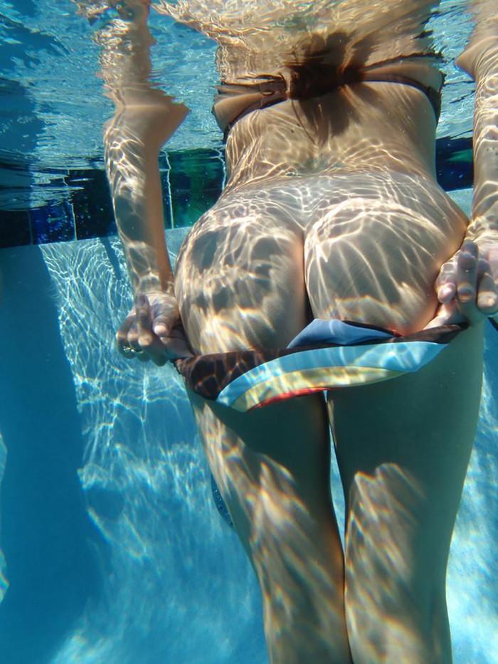 【水中露出エロ画像】水中で大胆露出!おっぱいもアソコも丸見えの素人! 01