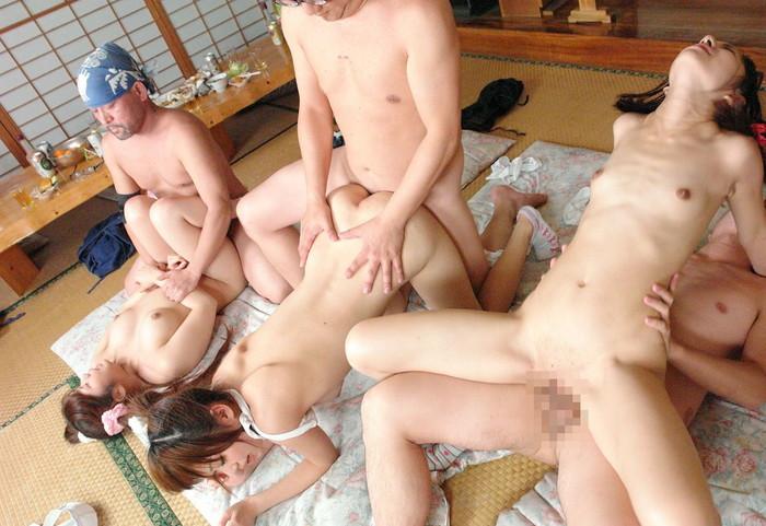 【乱交エロ画像】一度はやってみたい!オマンコの味比べも出来る乱交セックス! 05