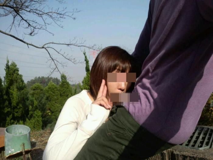 【野外フェラチオエロ画像】野外で人目を盗んでフェラする女の子たち! 08