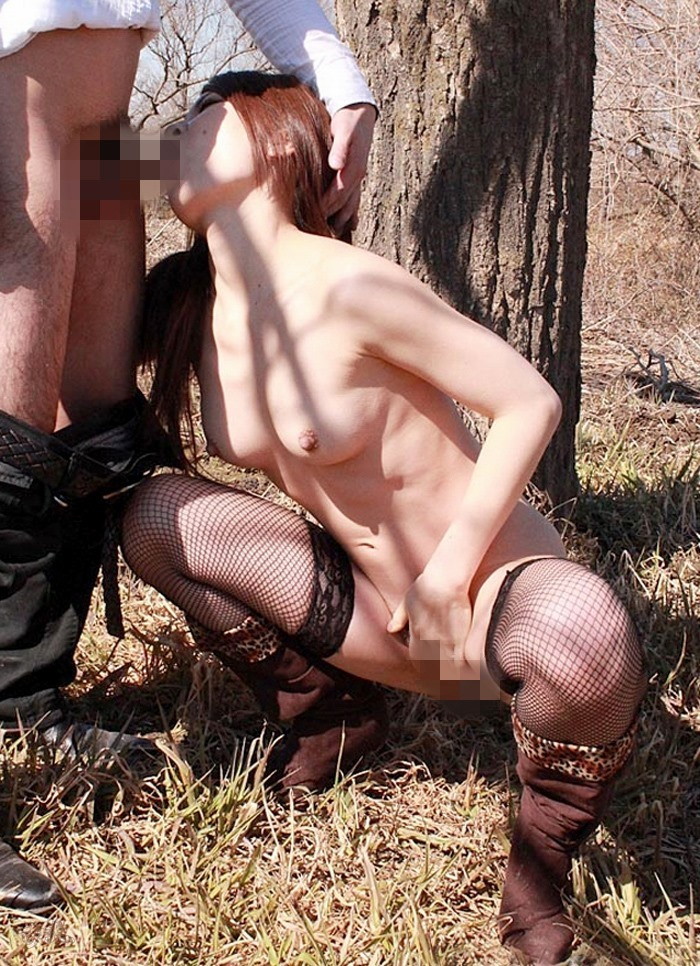 【野外フェラチオエロ画像】野外で人目を盗んでフェラする女の子たち! 22