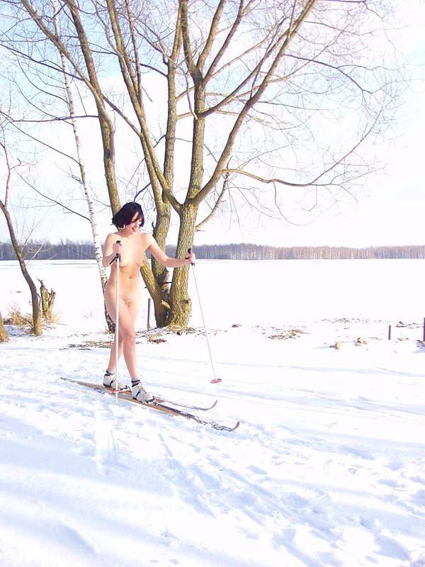 【全裸スキーエロ画像】見ているだけで風邪ひきそう!全裸でスキーなんて狂ってるw 14