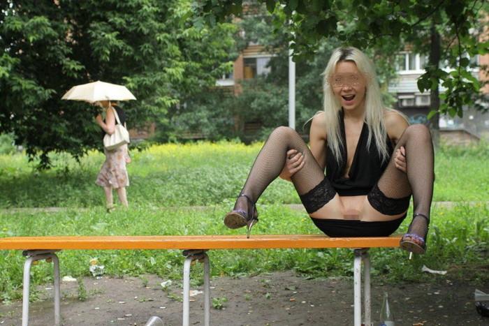 【海外露出エロ画像】大胆すぎる海外美女!他人の目など気にせず露出! 09