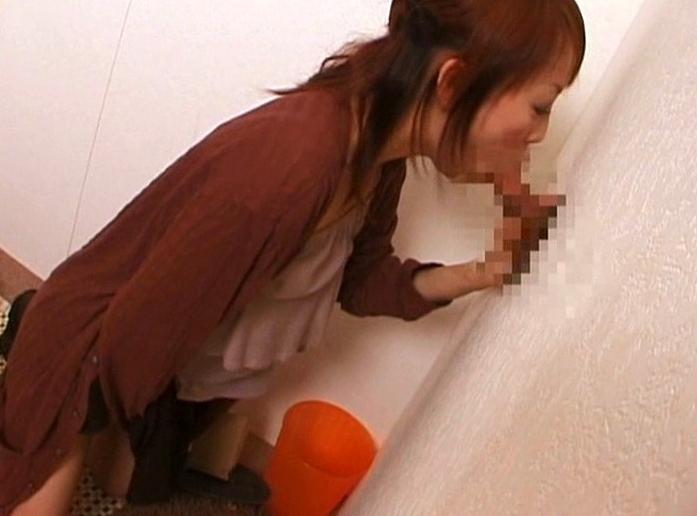 【ラッキーホールエロ画像】壁穴の向こうで一体何が!?壁穴にチンポ入れてみる?w 22