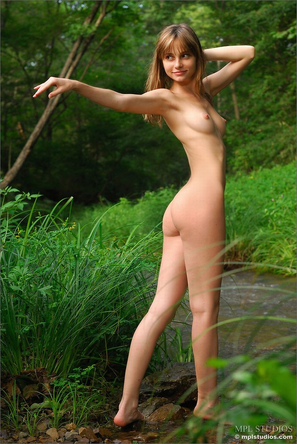 【海外発エロ画像】真っ白な肌とピンク色の乳首!これぞ白人ヌードの極み! 27