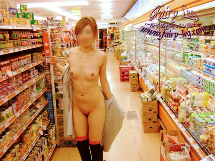 【素人露出エロ画像】営業中の店内でおっぱいとかオマンコ露出って正気か!? 01