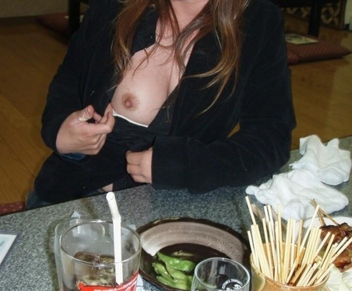 【素人露出エロ画像】営業中の店内でおっぱいとかオマンコ露出って正気か!? 23