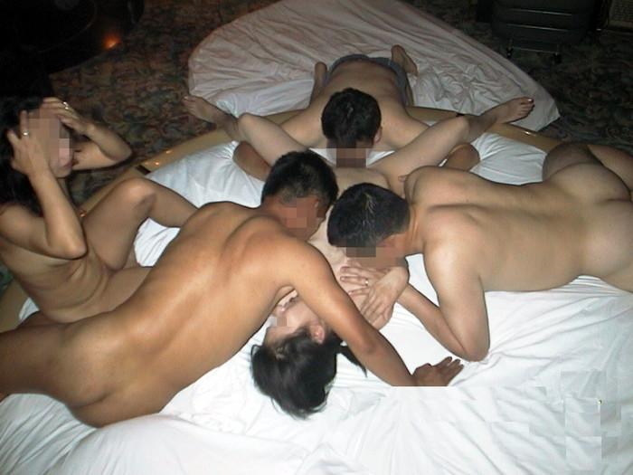 【乱交エロ画像】複数人の男女が代わる代わるにセックスしまくる! 11