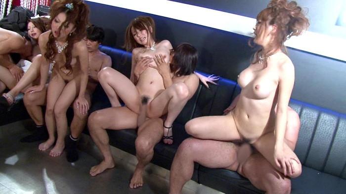 【乱交エロ画像】複数人の男女が代わる代わるにセックスしまくる! 12