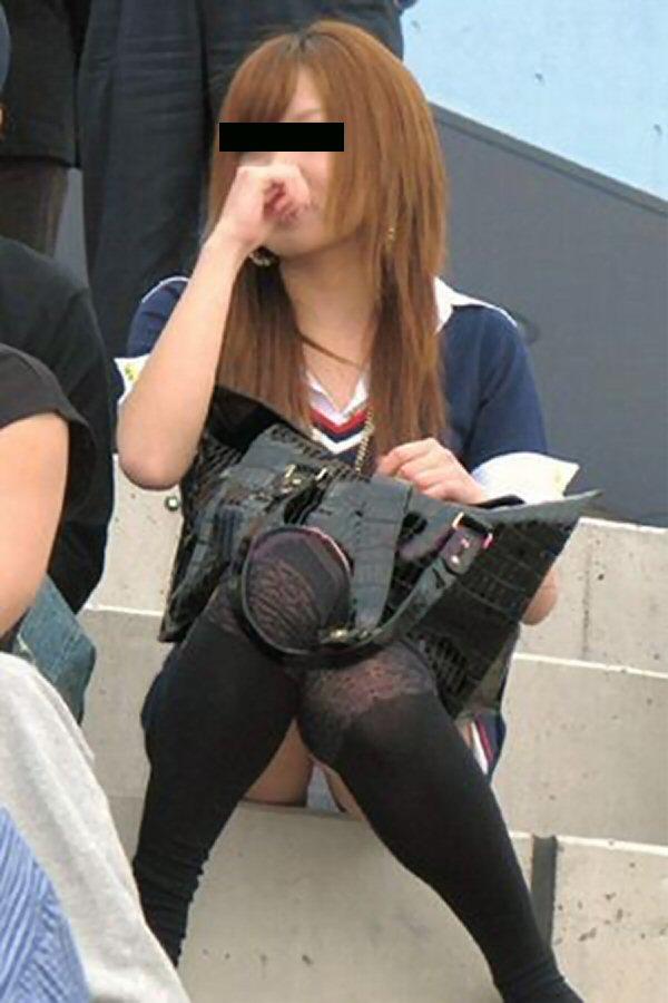 【パンチラエロ画像】しゃがみ込んだその瞬間、スカートの中身が!?ってヤツ! 10