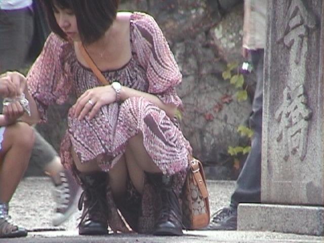 【パンチラエロ画像】しゃがみ込んだその瞬間、スカートの中身が!?ってヤツ! 17