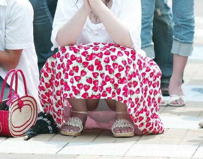 【パンチラエロ画像】しゃがみ込んだその瞬間、スカートの中身が!?ってヤツ! 20