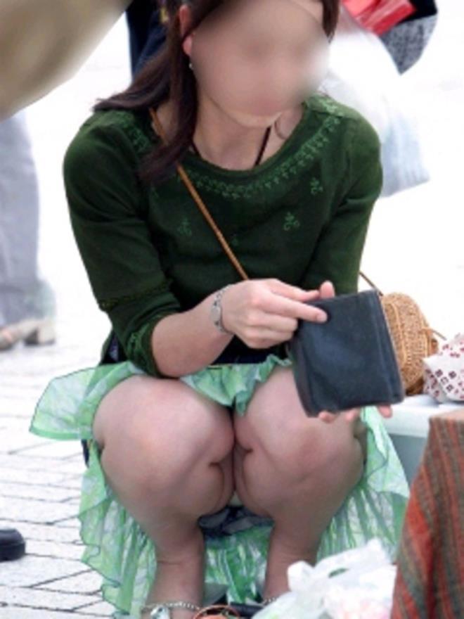 【パンチラエロ画像】しゃがみ込んだその瞬間、スカートの中身が!?ってヤツ! 21