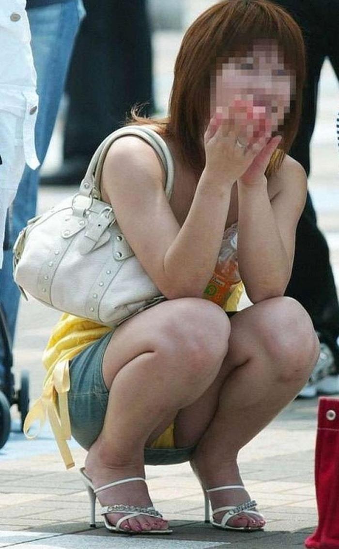 【パンチラエロ画像】しゃがみ込んだその瞬間、スカートの中身が!?ってヤツ! 24