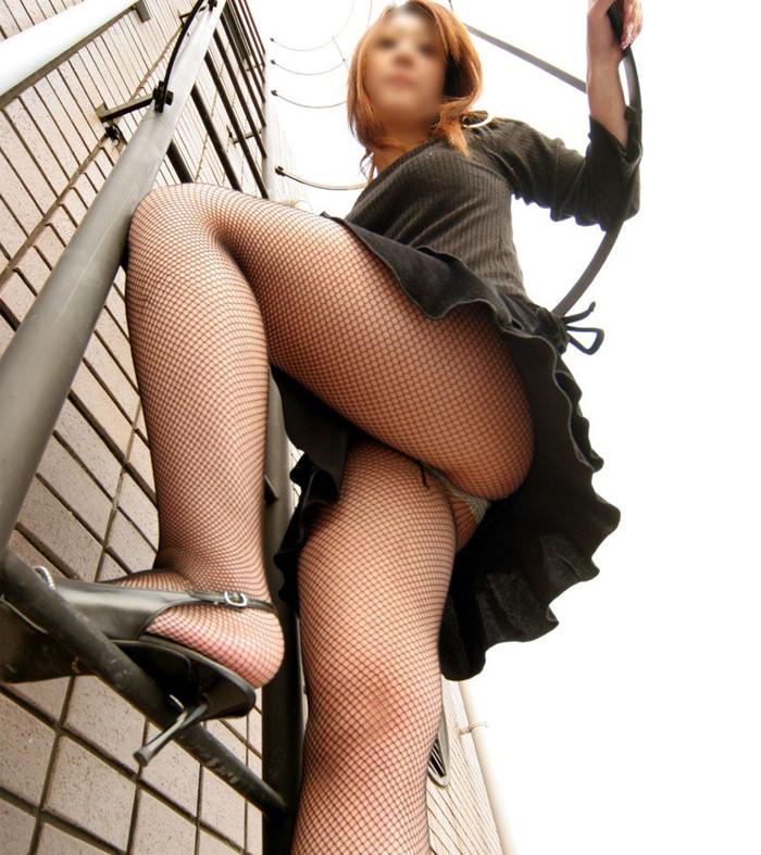 【ローアングルエロ画像】女の子のスカートの中身をローアングルから狙ったでぇ!ww 18