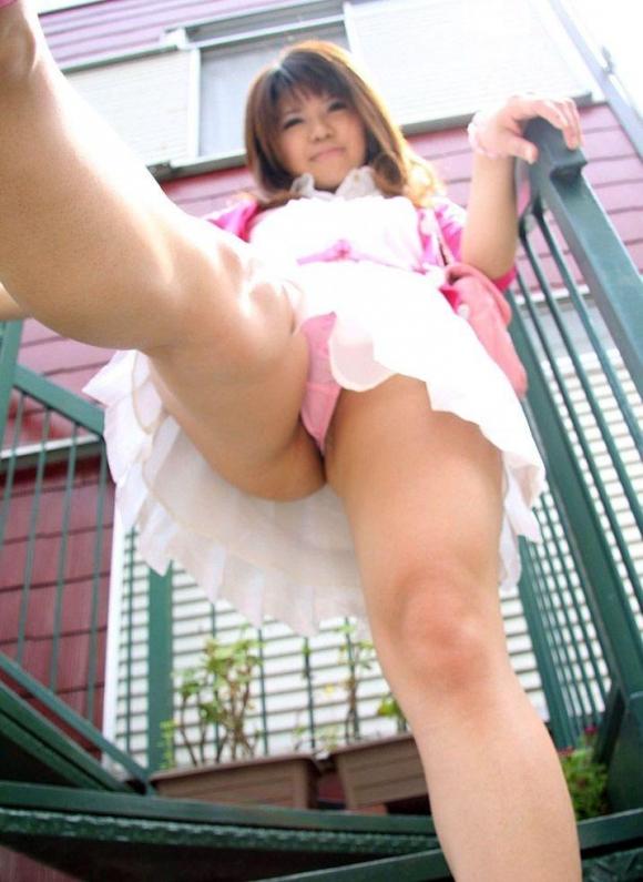 【ローアングルエロ画像】女の子のスカートの中身をローアングルから狙ったでぇ!ww 24