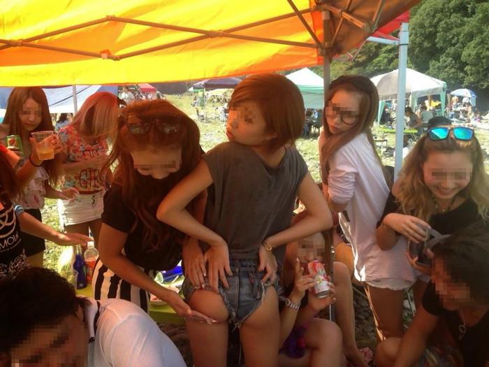 【悪ノリエロ画像】集団になった女の子たちってこんなに大胆なんだぜ!ww 15