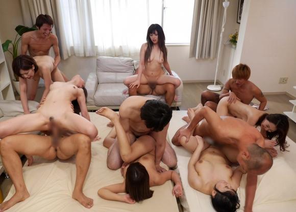 【乱交エロ画像】男女複数人が入り乱れ!あっちもこっちもセックス! 03