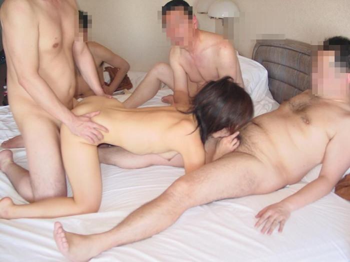 【乱交エロ画像】男女複数人が入り乱れ!あっちもこっちもセックス! 20