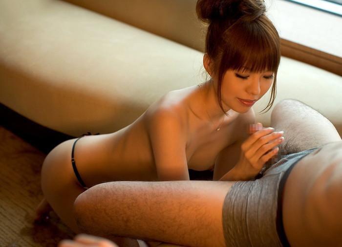 【手コキエロ画像】自分でするのとはワケが違う!優越感も味わえる手コキ! 11